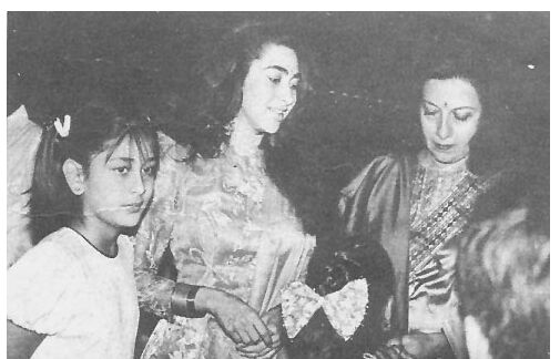 Kareena with sis Karisma and mom Babita.